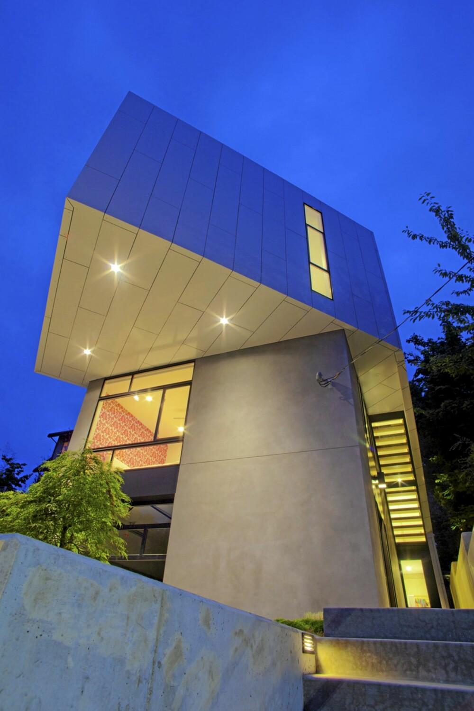 FLYTÅRN: Nårman står rett under huset, får man inntrykk av å se opp mot et flytårn.