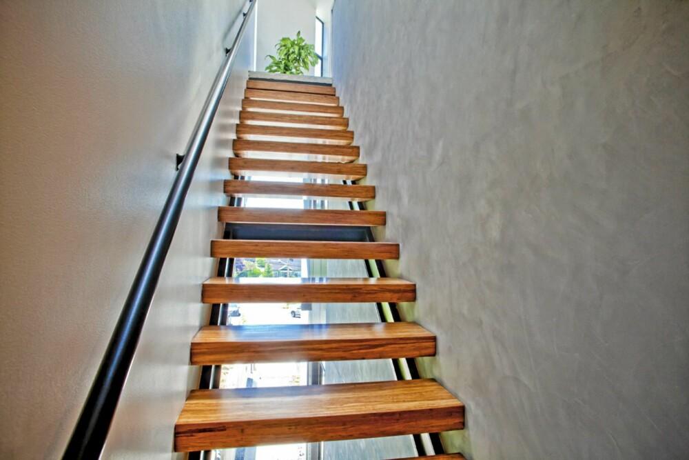 TRANSPARENT TRAPP: Denne trappen opp til øverste etasje ble bygget slik for å skape kontakt med gateplanet.