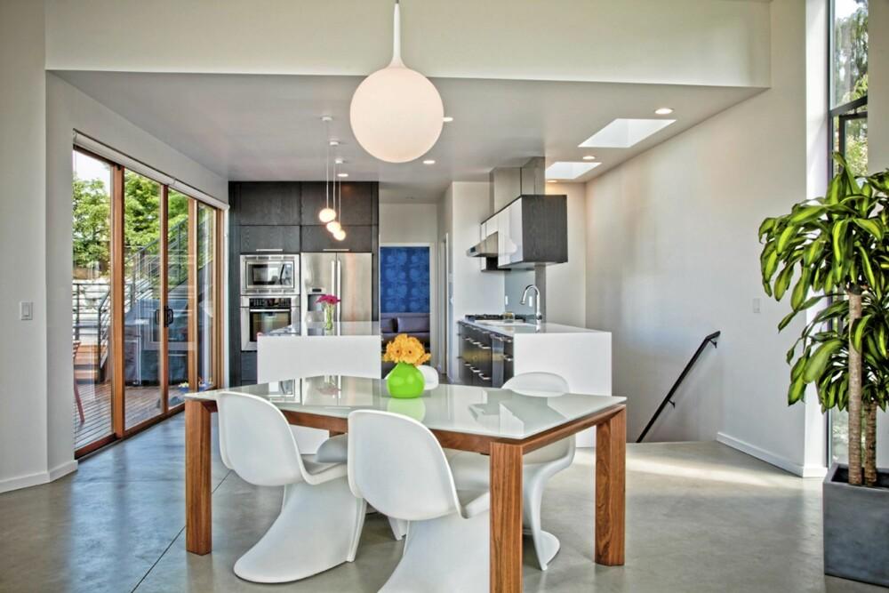 MODERNE KJØKKEN: Med sitt betonggulv får kjøkkenet nesten et industrielt preg.