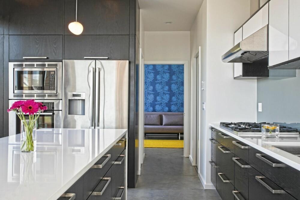 FORSKJELLIGE VEGGMATERIALER: Bildet viser hvordan veggene i huset både har malte og tapetserte overflater.