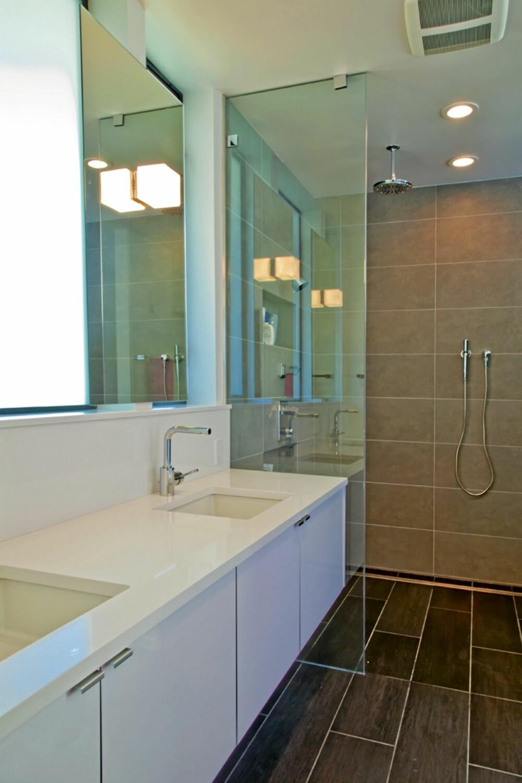 DUSJMANIA: Her kan du bli dusjet fra alle kanter og sider: Ett dusjhode i taket, ett på veggen (skjult bak glassveggen) og en hånddusj.