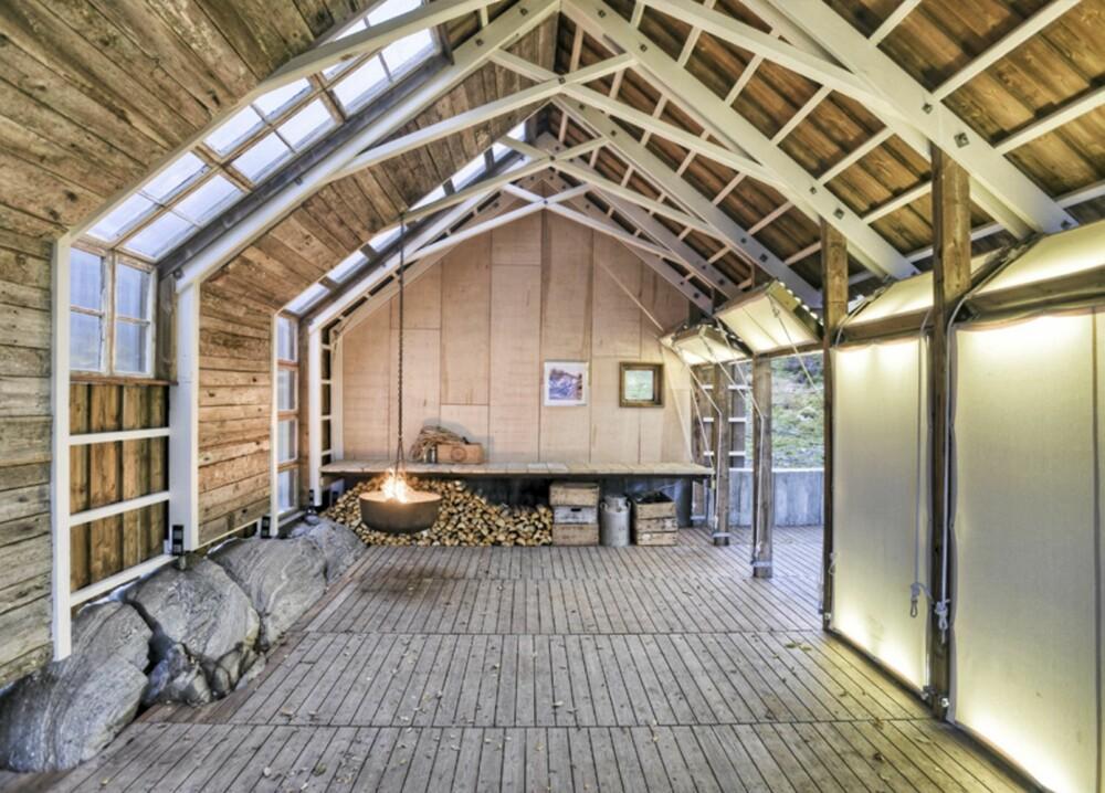 HØYREIST: Det synlige, innvendige bæresystemet er en egen opplevelse. Den lange sløyebenken er plassert innerst i rommet.