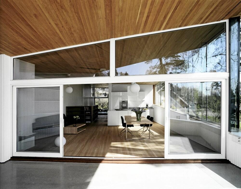 ÅPENHET I HØYSETET: Solen får flomme uhemmet inn de åpne romsonene sentralt i huset.