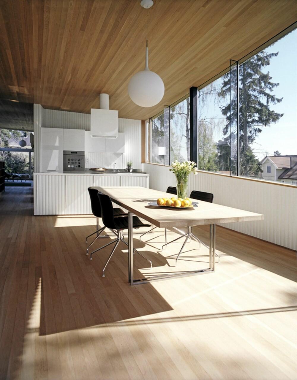 UTSØKT UTSIKT: Kjøkken og spisestueområdet har enorm utsikt over nabolaget og indre Oslo-fjord.