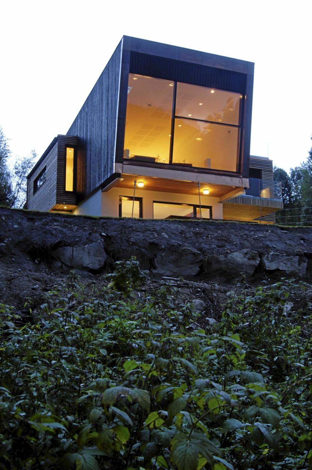 HIMMELSK: Stuen i midtetasjen strekker seg intenst mot lyset. Huset er kledd med tjæret gran, lerk, aluminium, glass og kobber.