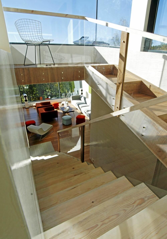 ENORMT MED HIMMEL: Det er utsyn fra alle oppholdsrom og nivåer i huset. Det luftige trapperommet ligger midt i boligen.