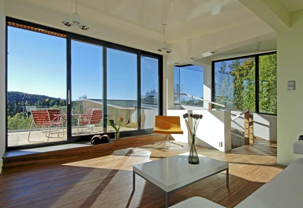 STILLEROM: Fra loftsstuen er utsikten over de lave åsene noe for seg selv. Dette rommet er et sted for stille kontemplasjon.