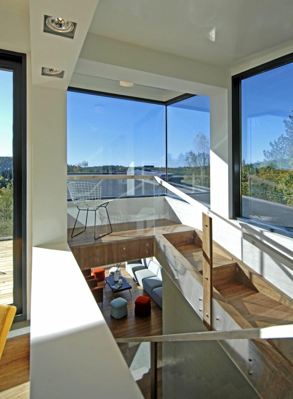 PERSPEKTIV: På toppen av trappen ligger et innglasset galleri mot terrassen rett utenfor. Glass og rekkverk fra Arcsys.