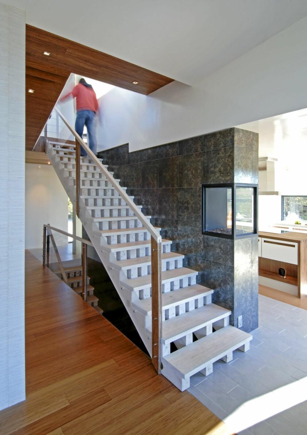 FULL ÅPNING AV FULL TANK: Trappekonstruksjone med treklosser mellom trinnene åpner for at lyset kan stømme langt inn i huset. Gulv av slitesterk bambus.