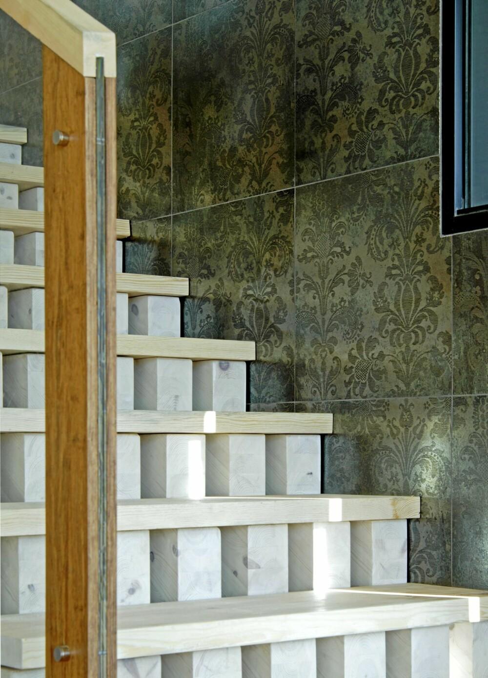 RETT OPP: Detalj av trappen laget av voksete treklosser.