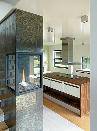 KULE KONTRASTER: De skinnende, blomstrende flisene med mønster danner en spenstig kontrast til det superminmalistiske HTH-kjøkkenet.