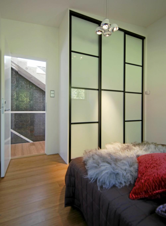 LOGISK PLASSERT: Hovedsoverommet med den rause speilgarderoben  ligger mellom trapperommet og badet.
