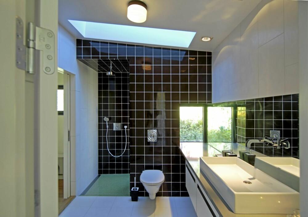 RENSKRAPET: Badet i mellomste etasje er renlinjet, elegant og med overlysvindu.