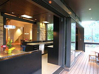 MODERNE: Kjøkkenet er holdt i moderne stil og farger.