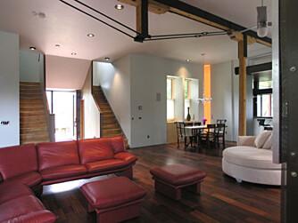 VARME FARGER: Stuen i huset er stilren, men holdt i varme farger.