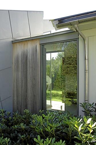 ELEGANT GANGPARTI: Mellomgangen har et ekstra vindu på baksiden mot den andre hoveddelen av hagen. Her ser du hvordan materialene sink, ubehandlet ask og det hvitmalte panelet står til hverandre.