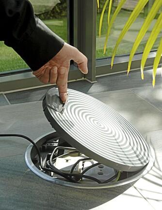SAMLER TEKNIKKEN: I denne brønnen med lokk på samles alt av kontakter og ledninger.