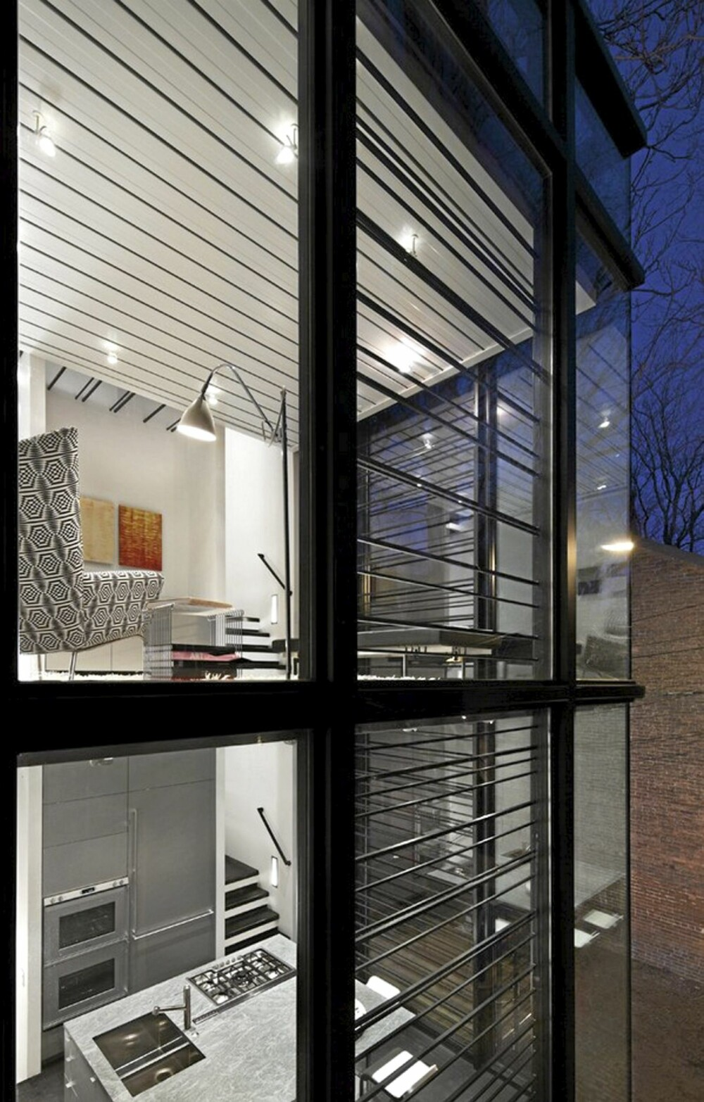 INNSYN: Store vinduer gjør at huset virker åpent mot gaten.