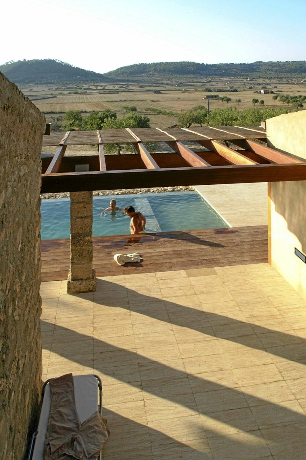 UTSIKT MOT ET INTAKT LANDSKAP: Dette området midt på Mallorca preges av aktivt  jorbruk i pakt med eldgamle tradisjer. Her dyrkes det blant annet mandler. Foran terrassen er det bygget natursteinmurer etter lokal byggeskikk.