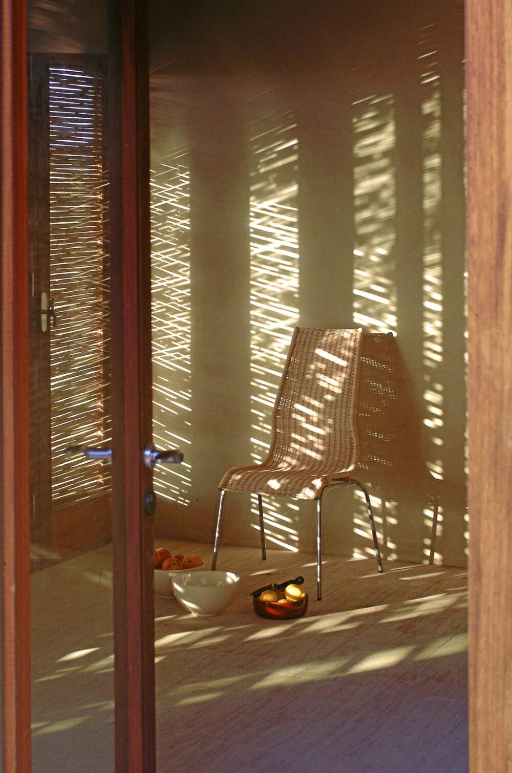 DISKRE I SOLEN: Med bambussjalusier blir det svalt inne i de høye romme, selv på hete dager.