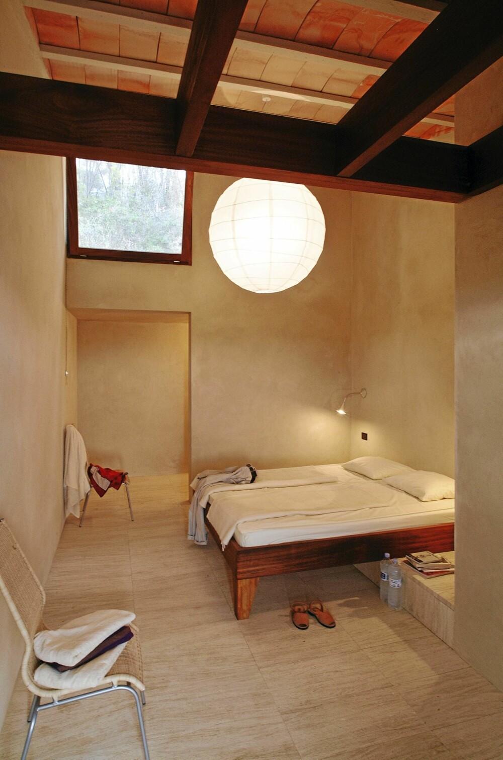STILIG I NYE SMÅHUS: De arkitekttegnete sengene representerer den rene, moderne stilen. Høyden under taket bidrar til god ventilasjon i huset. Dette er ny, lekker innredning på gamle tufter.