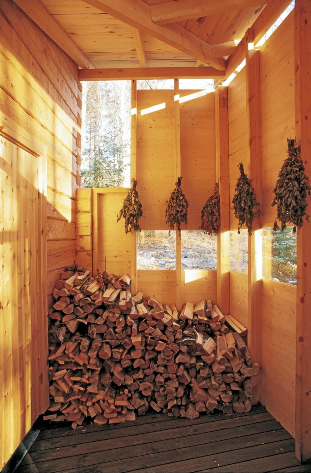 SLÅ LØS: I det  velorganiserte, åpne og overdekkete uterommet henger bjørkerisene klar til bruk.
