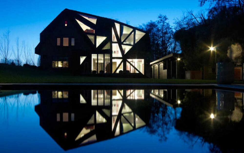I NATTEN: Huset kommer virkelig til sin rett på kvelden når lys er tent på innsiden.