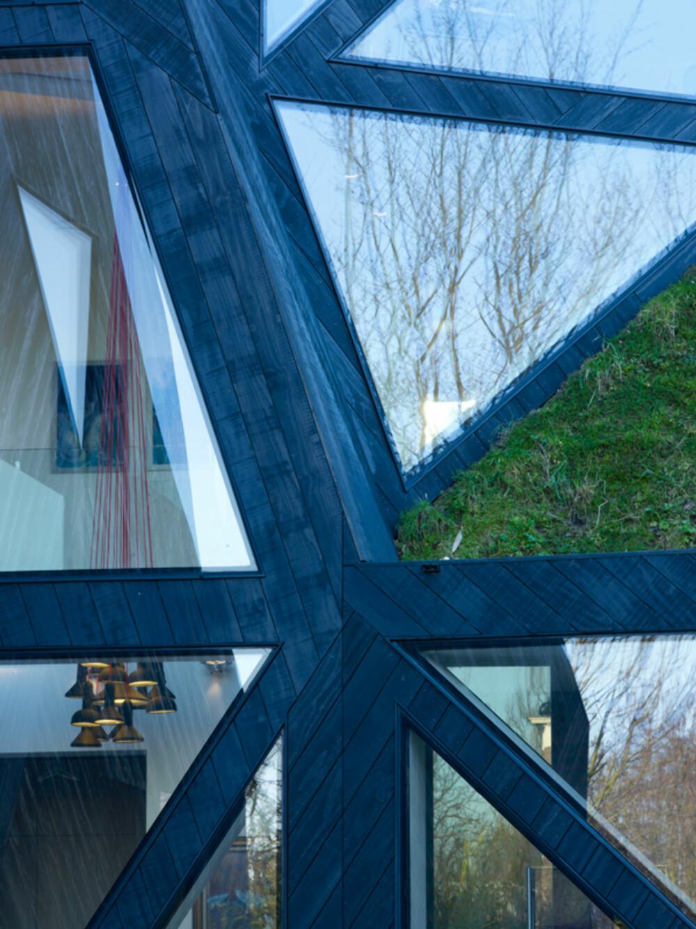 INNE OG UTE: Store glassflater visker ut skillet mellom ute og inne.