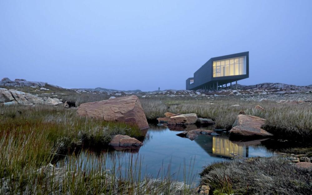 VINDU MOT VERDEN: Det store vinduet i enden av bygningen er som et stort, lysende øye i landskapet.