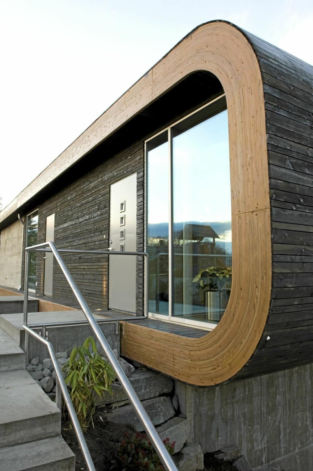 ET VEL ORGANISET UTEOMRÅDE: Huset er rent og rundt i formen og med fiks ferdige trapper og terrasser.