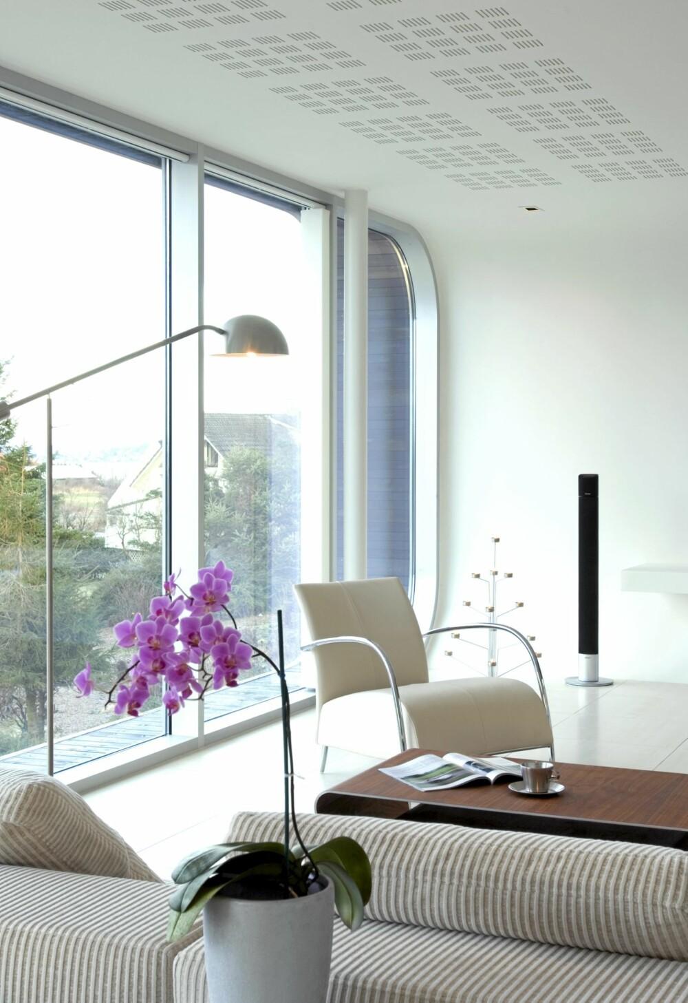 LEKENT: Enkelte fargerike innslag og moderne møbler passer i denne type avansert, men like vel leken arkitektur.