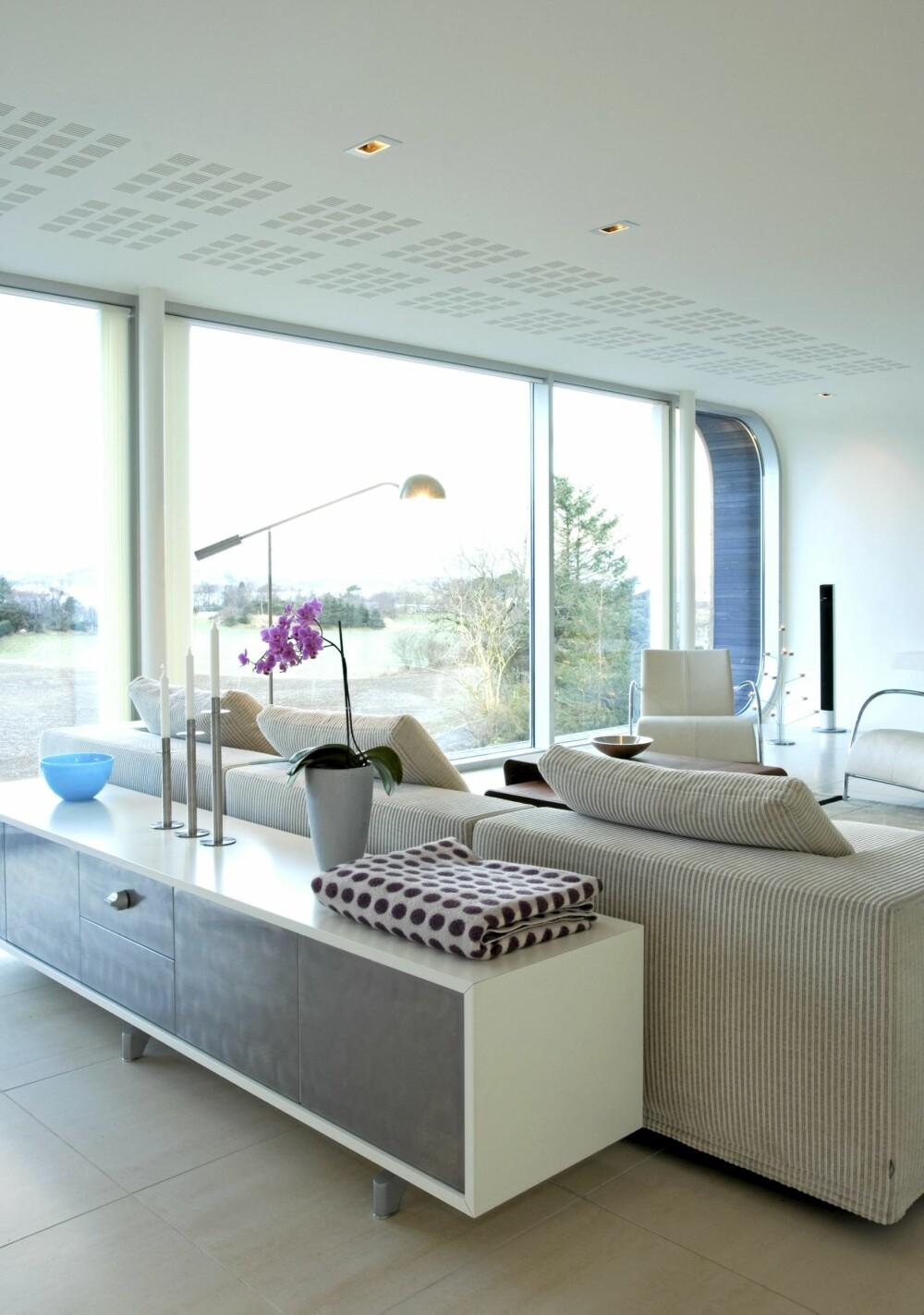 MYKT MOT HARDT: Renlinjete møbler og pledd designet av den delvis Oslo-baserte designer Sari Syvalouma matsjer hverandre.