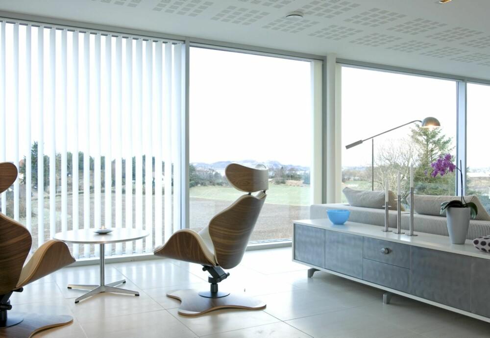 SONEDELT: Oppholdsetasjen er som et eneste stort rom med soner. Hvilestoler fra Varier og Baseline modulsofa fra Eilertsen. Store Revigres gulvfliser fra Mur&Bygg. Palluco skjenk med stålfront.