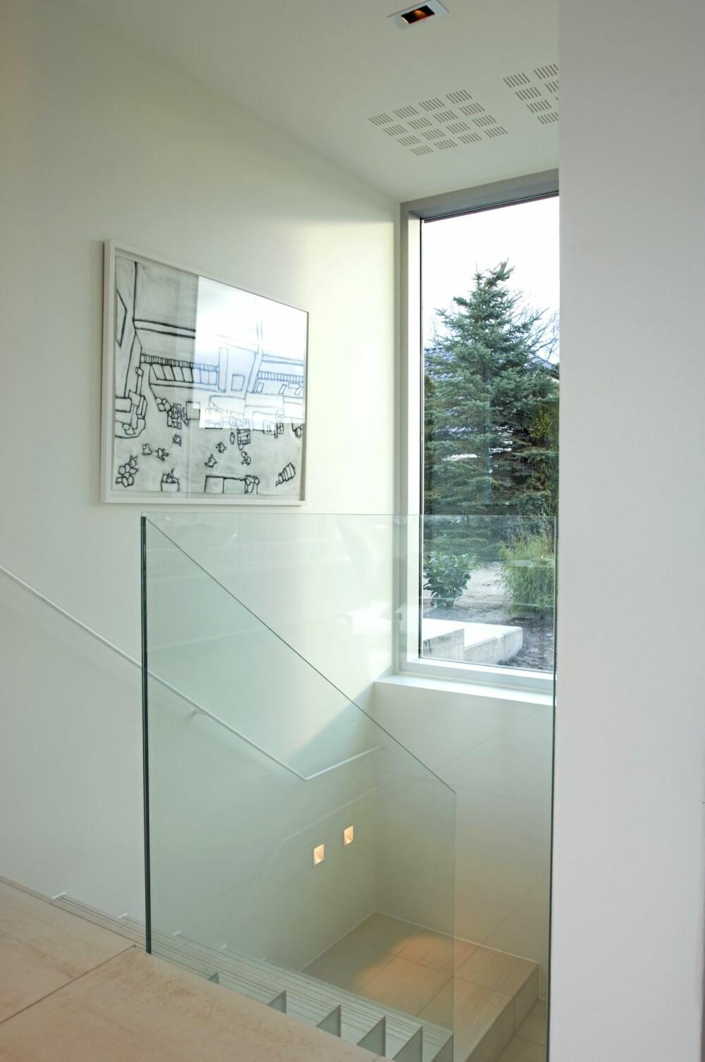 NED TIL SMÅROMMENE: Trappen fra kjøkkensonen leder ned til en rekke smårom. Fra vinduet på baksiden av huset flommer dagslyset ned i trapperommet.