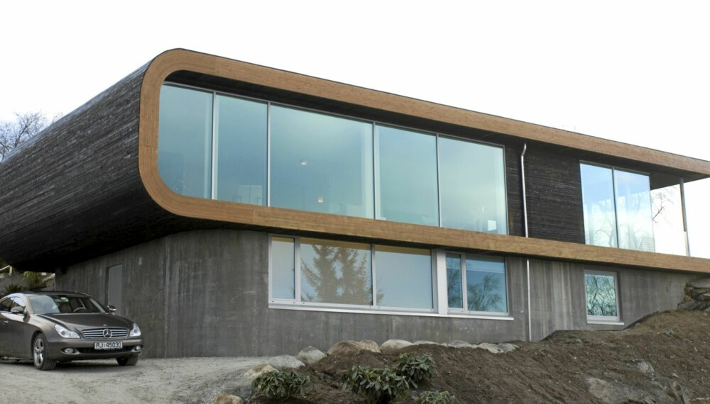 HØYT HEVET: Med en sokkel i betong virker det som Villa Joa Alle nesten  letter på toppen av åsryggen.