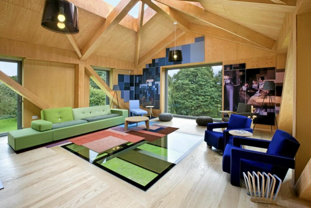 HENGENDE: Den hengende delen inneholder en stor stue med panoramavinduer og takvinduer. Her er det også et spennende glassgulv som gjør at du kan se ned på gressplenen.