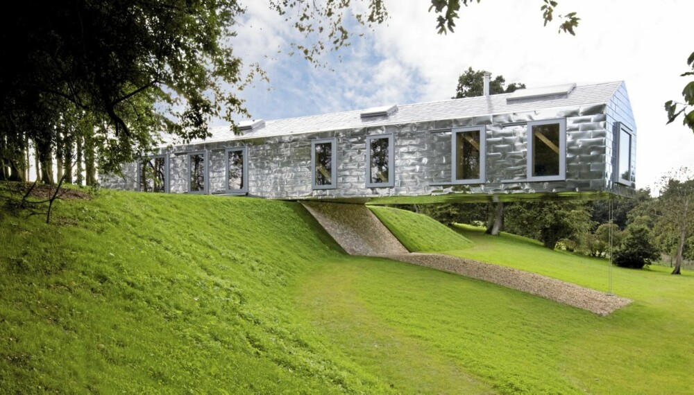 UTSIKT: Huset ble tegnet av det nederlandske arkitektfirmaet MVRDV, sammen med Mole Architects, kjent for oppfinnsomhet og lekenhet. Eksteriøret er dekket med metallplater, som i likhet med skråtaket reflekterer den omkringliggende naturen.