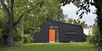 KOM BARE INN: Bak den knalloransje døren skjuler det seg et lekkert interiør spekket med farger, malerier og designmøbler.