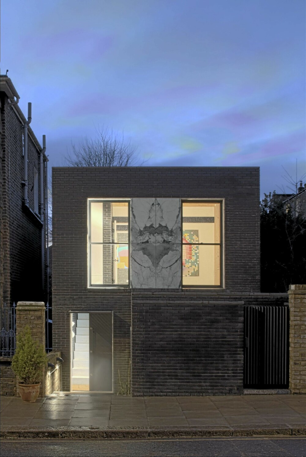 URBAN BELIGGENHET: The Shadow House ligger i Pauls Crescent, London, NW1 9TN. I den sterkt beskyttede Camden Square Conservation Area.