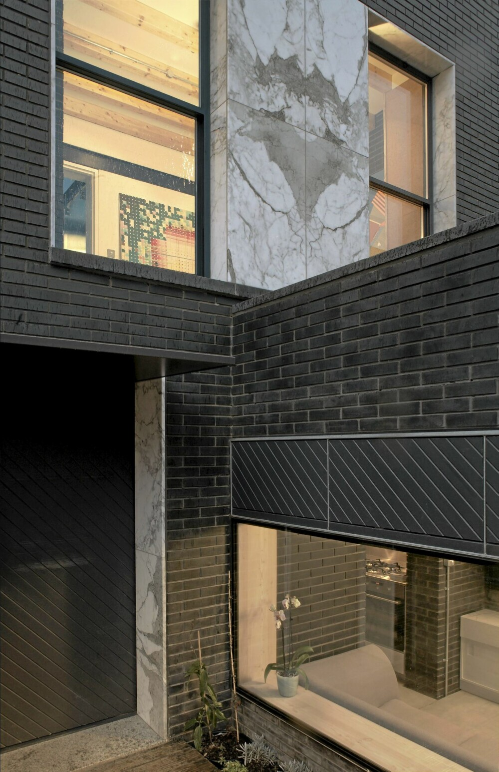 ULIKE NIVÅER: Ved å endre gulvnivå og bygge tak i ulike høyder skapte de variasjon fra 3 meter i stuen til 2,1 meter i inngangspartiet.