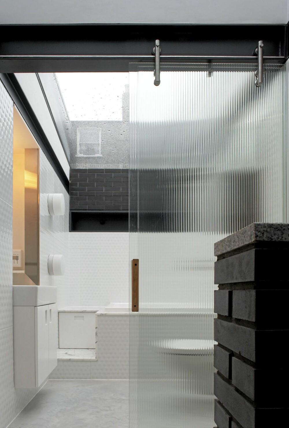 STJERNEKLART: Badet har et enormt glasstak som står i kontrast med atmosfæren i oppholdsrommene. Ønsket var å skape følelsen av å være ute. Dusjing i full solinnstråling eller å ta et bad under stjernene.