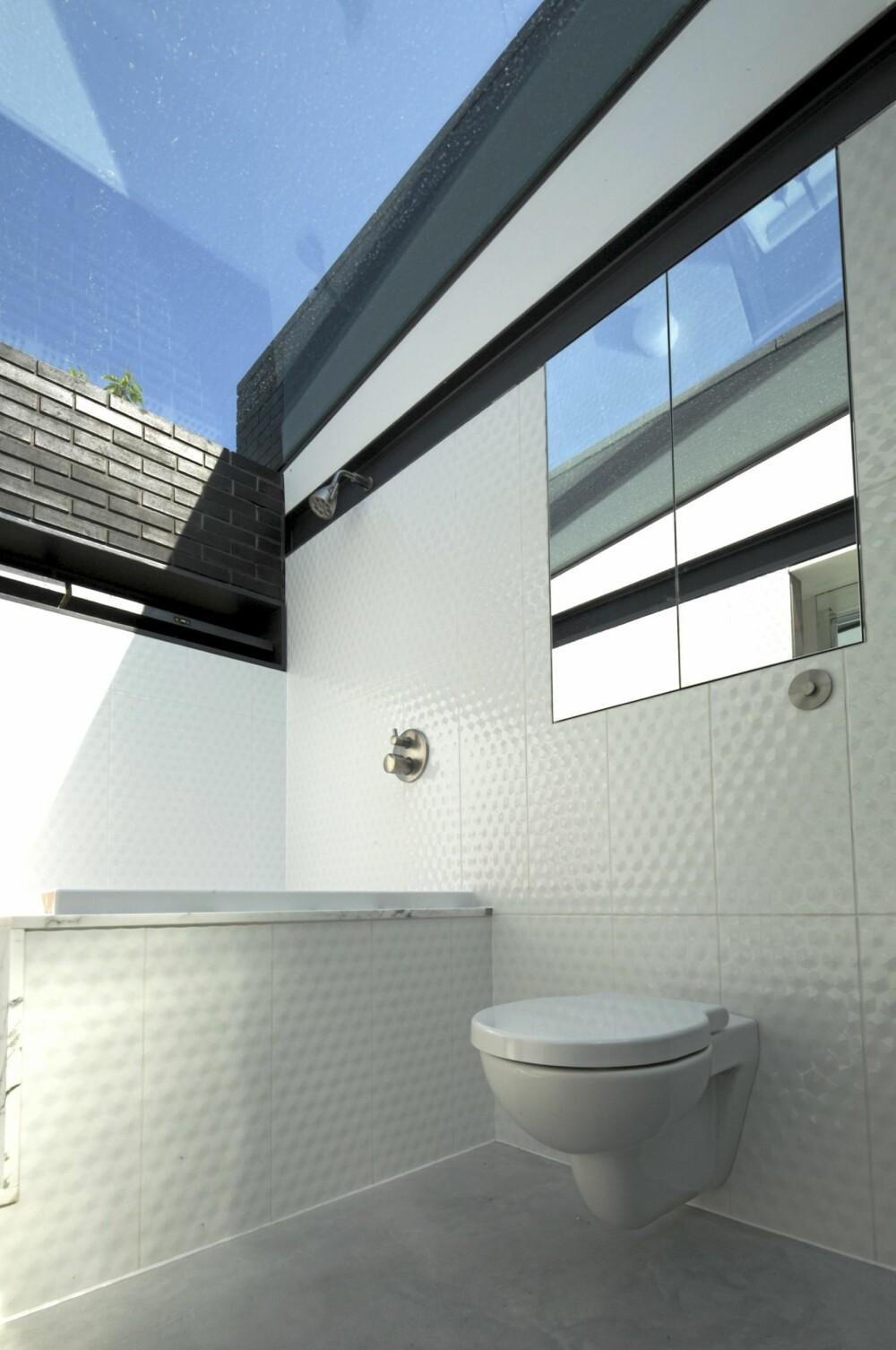 EGEN KARAKTER: Hvert rom har sin egen karakter. Her er det benyttet strukturert og reflekterende flater.