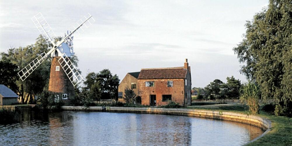 ARKITEKTURVINNER: Hunsett Mill ligger ved en av Englands mangfoldige kanaler, derfor var det nødvendig å bygge en flomsikring i forkant av bygget.