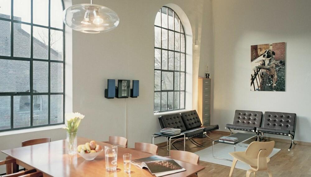 """STORT OG ROMLIG: Stuerommet er stort nok til at møblene, blant annet """"Barcelona""""-stolene, og fotokunsten får luft rundt seg."""