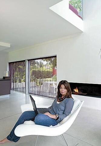 SELVGJORT.Sivilarkitekt MNAL Christine Grape hos Dark Arkitekter har designet en praktisk og sosial familiebolig. Den avlange innebygde peisen har hun også tegnet.
