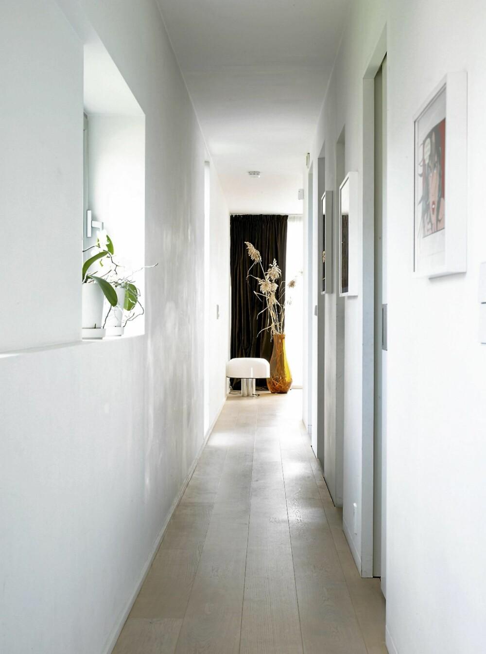 SMALT. Lange korridorer på hver siden i annen etasje binder sammen kuben.