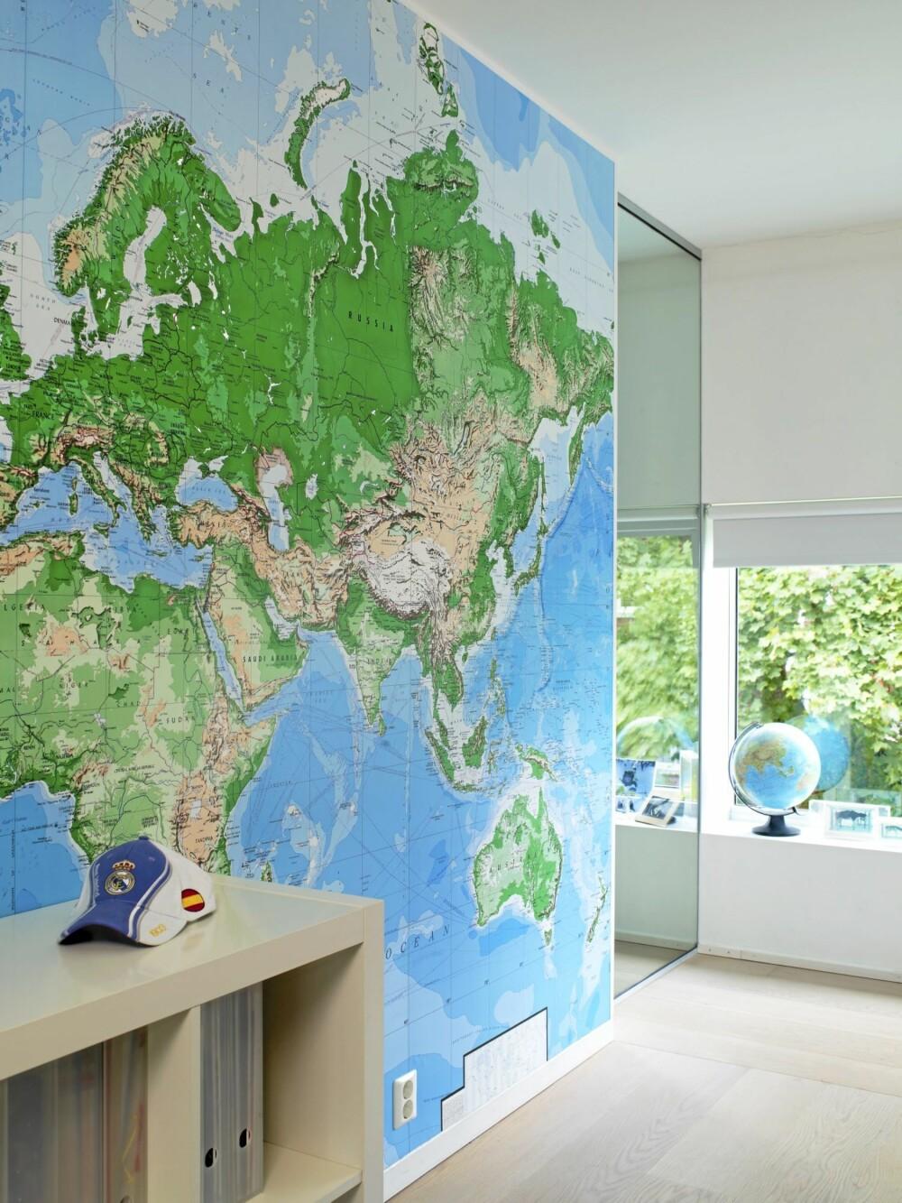 KARTLAGT. Et stor verdenskart dekker hele veggen på gutterommet.