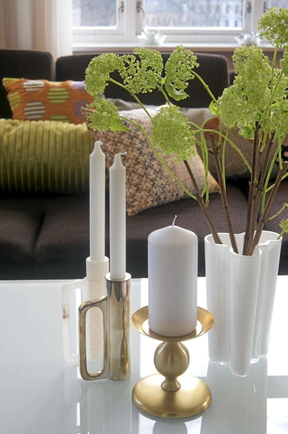 DELIKAT PÅ BORDET: Lysestakene er designobjekter som matsjer det skinnende Sovet glassbordet.