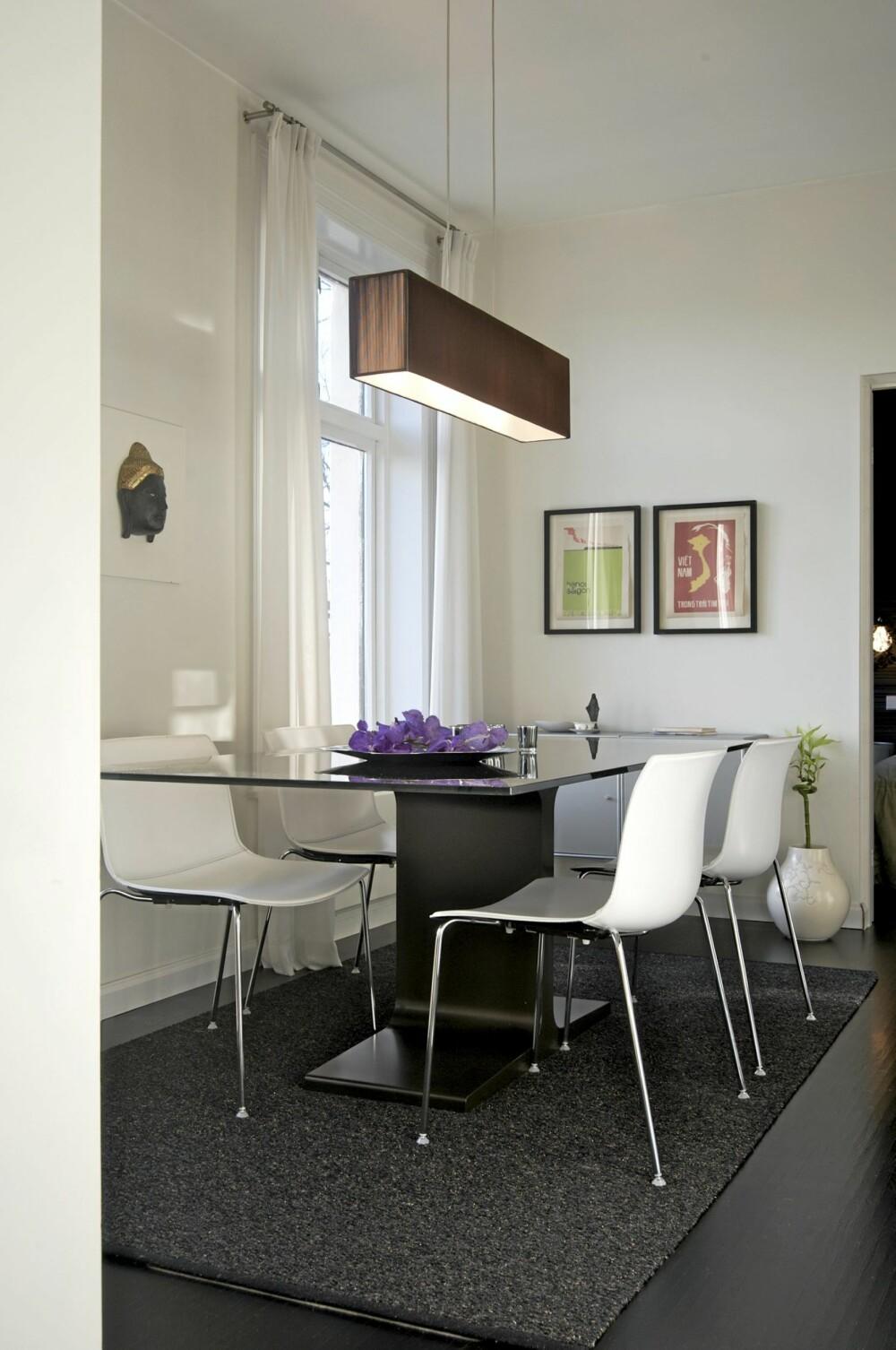 ET SAMLINGSSTED: Dette er den  populære kjøkken- og spisestuesonen. Her brukte Cathrine Vonholm et stilrent en-fots glassbord fra Sovet og glossy stoler fra Arper. Begge produsenter er italienske. Taklampe fra Axo light.