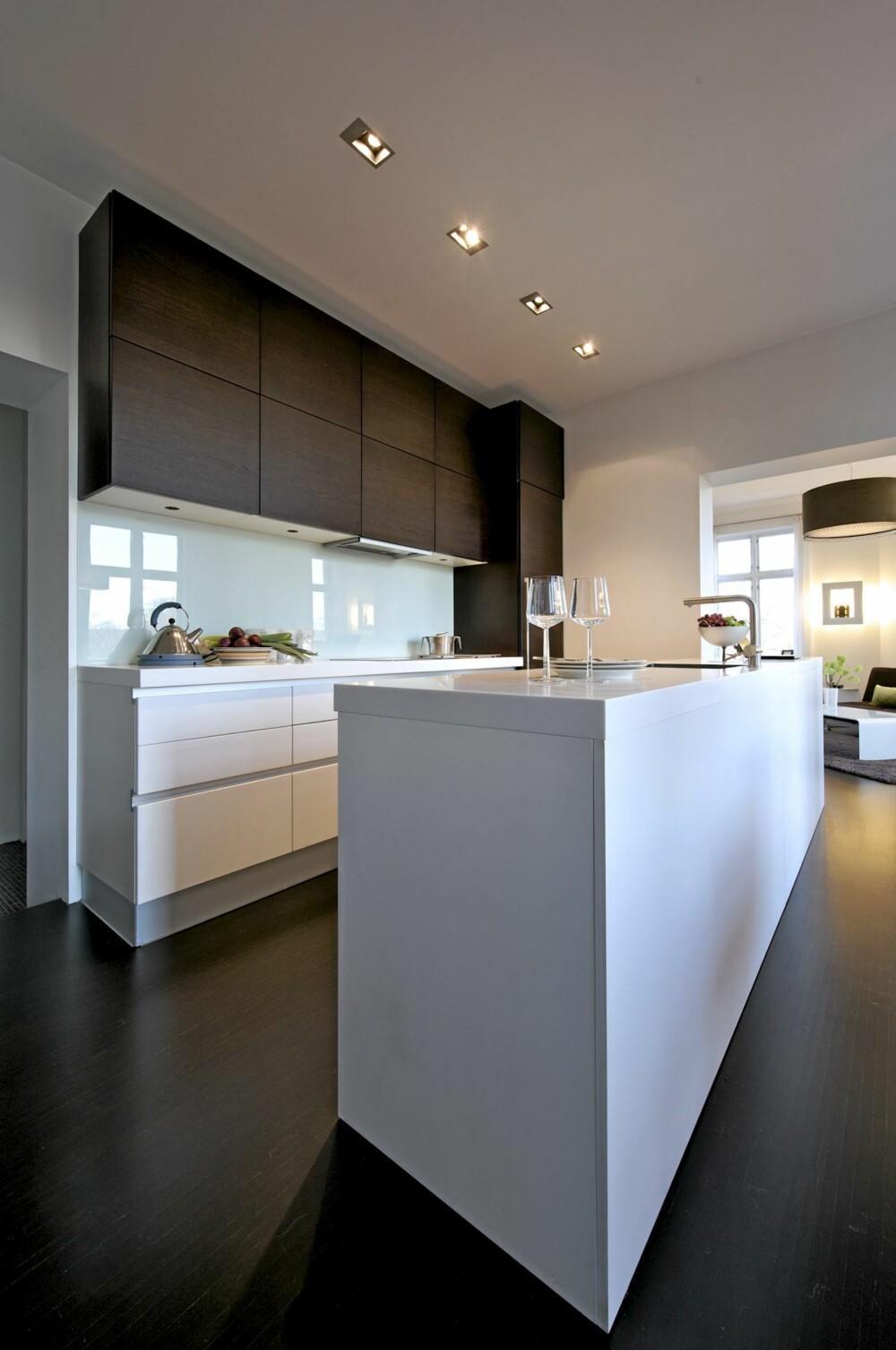 DE LANGE LINJER: Har du ryggen mot soverommet ser du forbi det skreddersydde Aster-kjøkkenet og videre til den store stuen på hjørnet og bygården. Det er nedlagt er betydelig arbeid i å få til den riktige flyt mellom disse rommene.